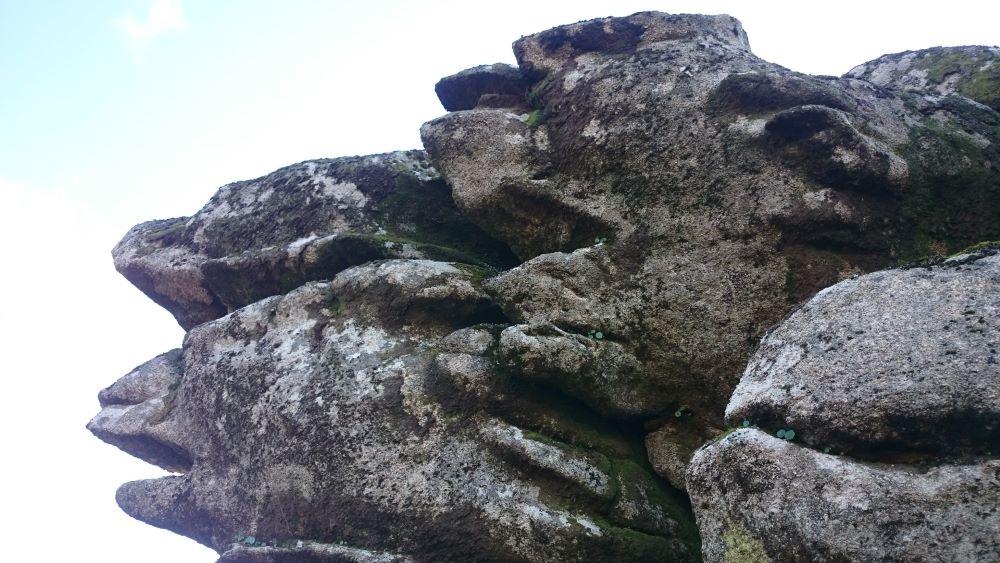 Caras esculpidas na rocha.