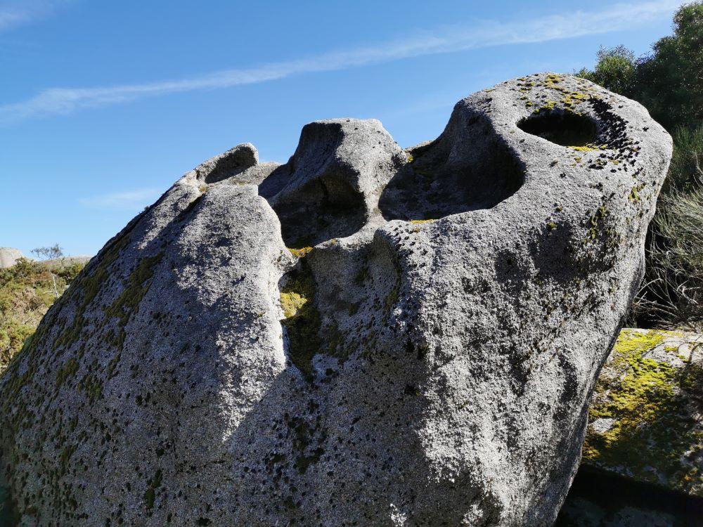 Pedra na entrada Norte do complexo dos mouros