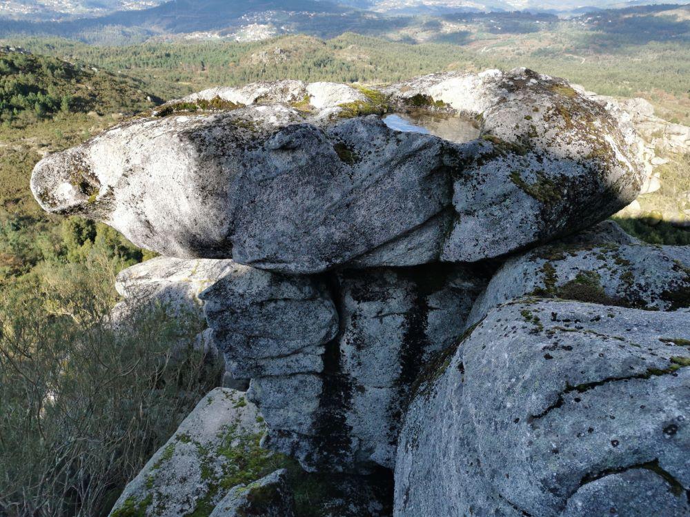 Xusto na entrada esta rocha.