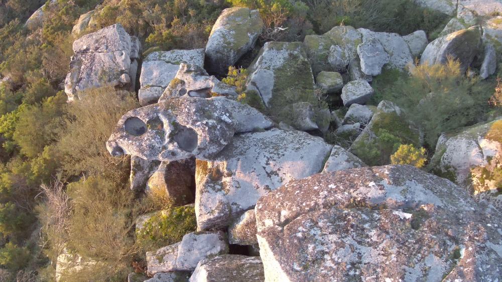 Vista de drone da cova.